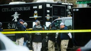 FBI-personal utanför synagoga som utsattes för attack i Pittsburgh.