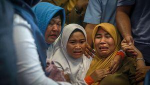 Olyckliga familjemedlemmar till passagerare samlades på flygplatsen i Pangkal Pinang.