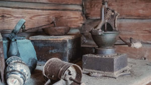 Gamla saker: en kaffepanna, kaffekvarn och en omkullvält, rostig kaffesikt