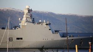 Sotalaiva Trondheimin edustalla Nato Trident Junture 18 -harjoituksessa.