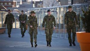 Nuoria sotilaita Nato Trident Juncture 18 -harjoituksessa Trondheimissa, Norjassa.