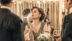 Teresa (Patricia López Arnaiz) polttaa savuketta sarjassa La otra mirada - Toinen katse