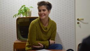 """Susanna Louneva som har sammanställt utställningen """"Ung Rebell"""" om 1950-talet på EKTA museum."""