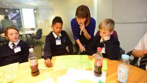 Ohjaaja, paronitar ja Iso-Britannian parlamentin ylähuoneen jäsen Beeban Kidron vierailee koulussa.