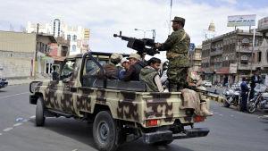 Houthirebellerna har också koncentrerat styrkor i centrum och nere i hamnen i Hodeida