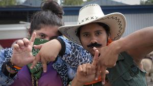 Aida och Dana utklädda till cowboys spexar.