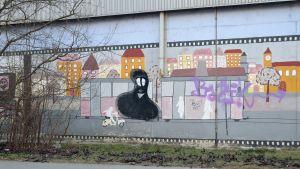 Graffitikonst på U-Bahnhof Siebenhirten-väggen i Wien.