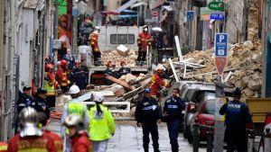 Brandkåren transporterar bort bråte efter husrasen i Marseille.