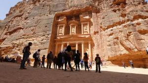 En bild på en inhuggning i berget i antika staden Petra.