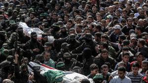Krigare från Izz al-Din al-Qassam begravdes av sina kamrater i Khan Yunis på måndagen.