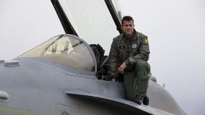 Överstelöjtnant, piloten Saku Joukas vid en F-18 Hornet vid Örlands flygbas i Norge.