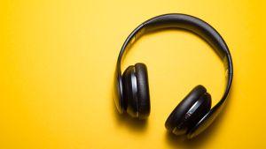langattomat kuulokkeet keltaisella taustalla