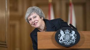 Theresa May håller presskonferens.