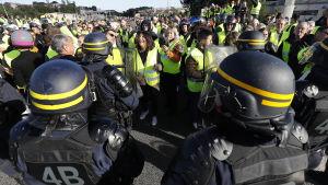 Polisen försöker hålla ordning på demonstranter i Antibes i södra Frankrike.