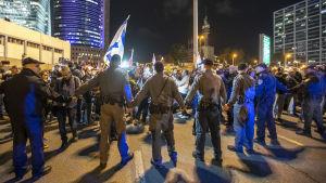 Demonstranter protesterar mot eldupphör-avtalet på gatan i Tel Aviv