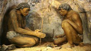 Diorama med två grottmän av människoarten Homo erectus som gör upp en eld. Dioramat finns på National Museum of Mongolian History i Ulan Bator i Mongoliet.