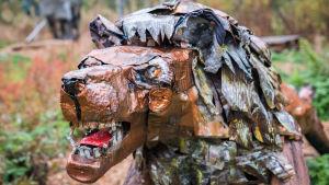 En skulptur som föreställer ett lejon, gjord av skrotmetall.