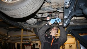 Sebastian Geust reparerar en bil.