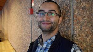 Alexandr Foy är ordförande för svenska.fi - nätverket, som sammanför invandrare som vill integrera sig på svenska i Finland.