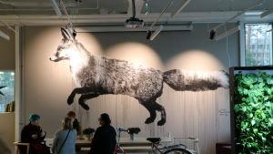Väggmålning föreställande en räv av konstnären Jussi Two Sevens i ungdomsgården på Degerö.