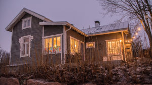 Nina Wiklunds hus Lilla Ljuva utifrån i gryningen