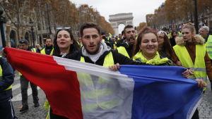 Unga demonstranter på Champs-Élysées på lördagen.