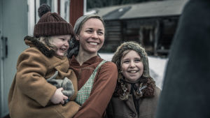 Kuvassa Paula Vesala, jolla sylissä pieni lapsi. Vieressä toinen lapsi.