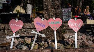 Sydämen muotoisia kylttejä, tekstit Natural High Healing Festival