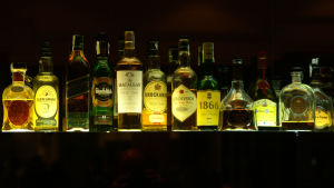Whisky flaskor på en hylla.
