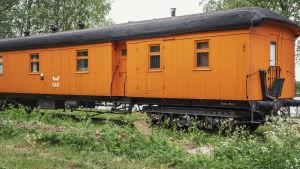 Kirkkaankeltainen junanvaunu.