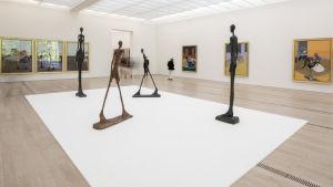 alberto Giacomettis mycket magra människoskulpturer på utställning