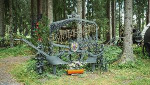 Raudasta tehty teos, portti, Matti Järvenpään Rautapuistossa.