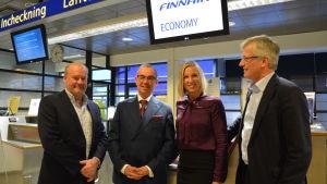Stig-Göran Forsman, Jorma Mäntynen, Paula Erkkilä, Jarl Sundqvist vid incheckningsdisken vid flygplatsen