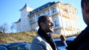 Saelem Mohammed Noman Al-Mughalles, medlem av huthirebellernas delegation, gav en intervju utanför Johannesbergs slott på onsdagen 5.12.