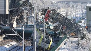På den här bilden syns tydligt också den gångbro som tåget körde in i.