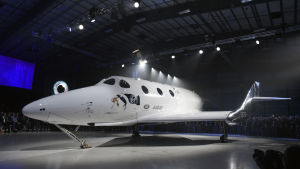 Ett vitt rymdskepp i en mörk utställningshall.