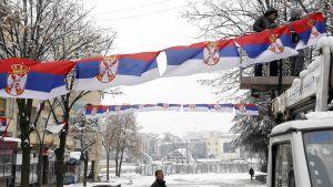 Serbiska flaggor hängs upp på gatorna i norra Mitrovica 14.12.2018.