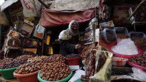 Hodeidah utgör Jemens viktigaste länk till omvärlden och så gott som all livsmedel som importeras kommer in via de tre hamnarna i staden