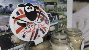 Mainso tarra lampaasta joka sanoo We love Bristish wool