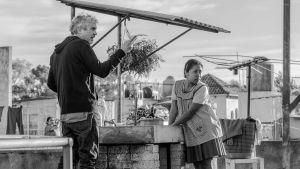 Alfonso Cuarón regisserar Yalitza Aparicio på en takterrass i Roma.