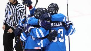 Jääkiekon pelaajia halaamassa toisiaan.