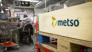 anonyymi duunari Metson logon vieressä.
