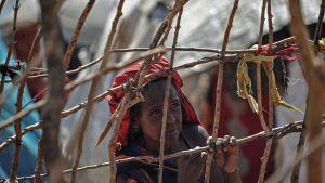 En kvinna i ett internt läger i Somalia. Hundratals människor har flytt från södra Somalia på grund av USA:s  flygräder mot terroristgruppen al-Shabaab i Baidoa.