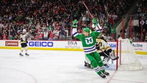 Carolina spelade i Hartford Whalers gamla speldräkter när laget slog Boston efter en stor uppvisning av Sebastian Aho och hans kedjekompis Teuvo Teräväinen.