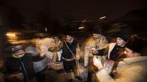 Medlemmar ur Csicsorke folkdansgrupp framträder i Csomor, ungefär 30 kilometer öster om Budapest. Uppsättandet av julspel är en av de största jultraditionerna i Ungern. Den här typen av skådespel har satts upp i landet ända sedan 1600-talet.