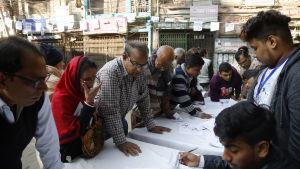 Oppositionen anklagar Sheik Hasina och hennes styrande Awamiparti för valfusk och skrämseltaktik