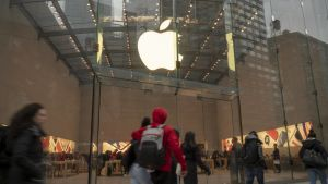 Människor passerar en Apple Store i New York i slutet av november 2018.