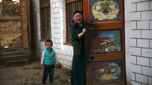 Muslimska uigurer som denna familj i Xinjiang utsätts för en sträng påtvingad kinesisk assimilering. Nyligen har uiguriska familjer tvingats hysa kinesiska personer i sina hem för att tvingas tala kinesiska