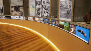 Runt rum med fotografier och texter på väggarna.