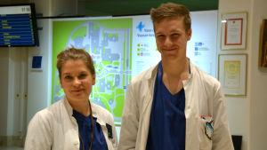Porträtt av Charlotta Gustafsson och Jaakko Koskenniemi, båda unga specialiserande läkare vid Vasa centralsjukhus.